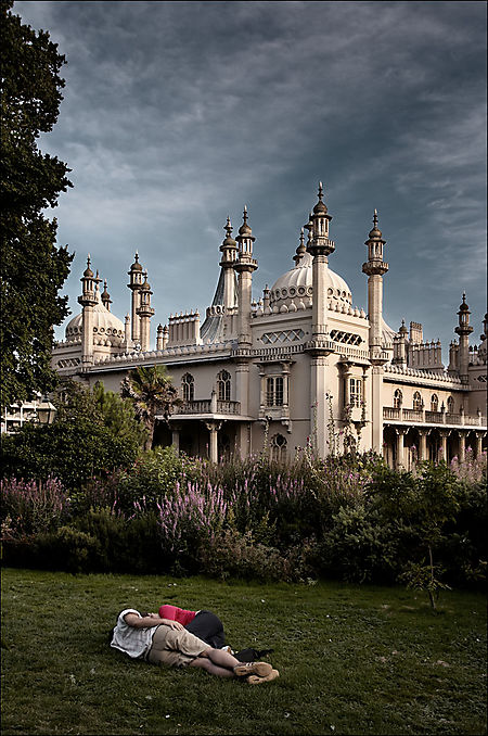 Brighton_royal_pavilion_tall_couple_01