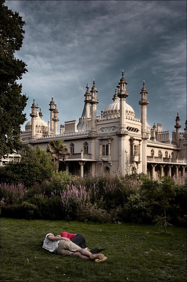 Brighton_royal_pavilion_tall_couple_01